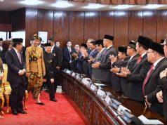 Presiden Jokowi didampingi Wakil Presiden Jusuf Kalla memasuki Ruang Sidang Paripurna Gedung Nusantara, Senayan, Jakarta, Jumat (16/8) siang, untuk menyampaikan Pidato Kenegaraan. (Foto: BPMI/Setkab)