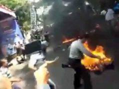 Polisi terbakar saat mengamankan demonstrasi di Cianjur, Jawa Barat, Kamis (15/8/2019).