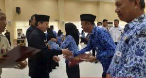 Walikota Herman HN membagikan Piagam Penghargaan Satya Lencana Karya Satya (SLKS) kepada 350 Pegawai Negeri Sipil (PNS), Rabu, 14 Agustus 2019.