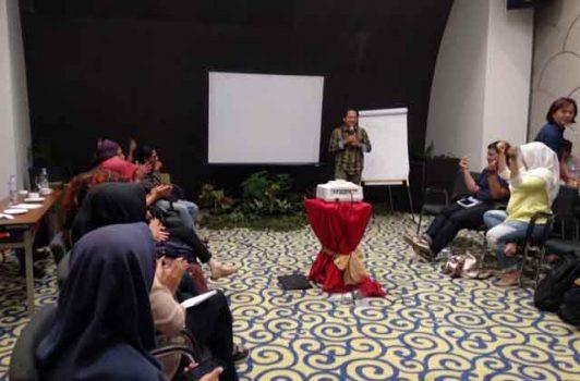 Koordinator Pelaksana Hibah Indonesia Aids Coalition (IAC) Agus Riyadi menutup acara pelatihan.