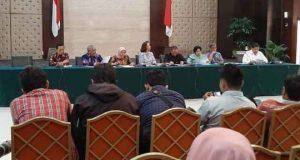 Pansel Capim KPK dipimpin ketuanya Yenti Garnasih mengumumkan nama-nama peserta yang dinyatakan lolos Tes Psikologi, di aula Gedung III Kemensetneg, Jakarta, Senin (5/8) siang