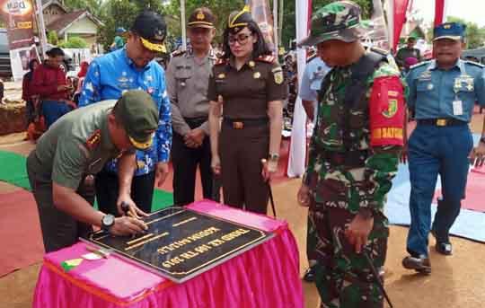 Danrem 043 Garuda Hitam, Kolonel Inf. Taufik Hanafi menandatangani prasasti TMMD di Desa Batunangkop