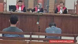 Khamami (kanan) menunduk lesu di samping adiknya, Wawan, pada sidang di Pengadilan Tipikor Tanjungkarang, Kamis, 15 Agustus 2019.