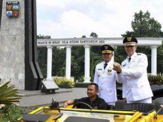 Wali Kota dan Wakil Wali Kota Bogor terpilih 2019-2024 Bima Arya (kiri) dan Dedie A. Rachim (kanan) menyapa warga Bogor saat inagurasi Pelantikan Wali Kota dan Wakil Wali Kota Bogor di Tugu Kujang, Kota Bogor, Ahad, 21 April 2019. ANTARA/Arif Firmansyah