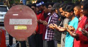 Mahasiswa dari Ikatan Mahasiswa Muhammadiyah (IMM) dan Pergerakan Mahasiswa Islam Indonesia (PMII) melakukan salat gaib di depan Polresta Malang, Jawa Timur, Jumat 27 September 2019. Salat gaib yang juga diikuti polisi dan anggota TNI tersebut untuk mendoakan korban bentrok unjuk rasa mahasiswa di Kendari yakni Randi dan Muh Yusuf Kardafi. ANTARA FOTO/Ari Bowo Sucipto