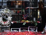 Warga yang tergabung dalam Koalisi Masyarakat Sipil Anti Korupsi menabur bunga di kantor KPK, Jakarta, Jumat, 13 September 2019. Aksi tersebut sebagai wujud rasa berduka terhadap pihak-pihak yang diduga telah melemahkan KPK dengan terpilihnya pimpinan KPK yang baru serta revisi UU KPK. ANTARA/Sigid Kurniawan/wsj.