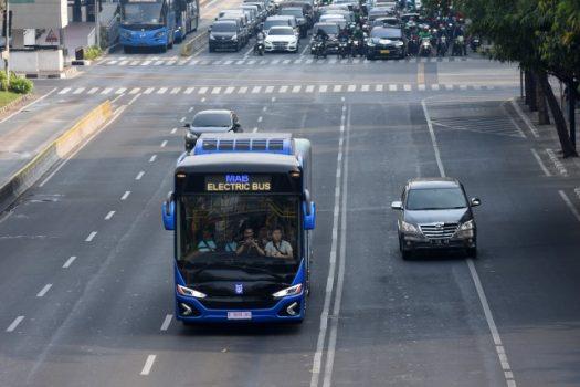Bus listrik melakukan konvoi di kawasan Jalan MH Thamrin, Jakarta, Sabtu (7/9/2019). Konvoi yang dimulai dari kantor BBPT Jakarta menuju BPPT Serpong dalam rangkaian Indonesia Electric Motor Show 2019 tersebut bertujuan untuk mengenalkan penggunaan kendaraan listrik yang ramah lingkungan kepada masyarakat. - ANTARA FOTO/Indrianto Eko Suwarso via Bisnis.com