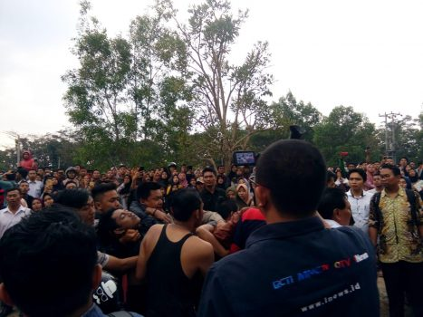 Dua mahasiswa UIN Raden Intan Bandarlampung dievakuasi petugas dalam kondisi sudah tidak bernyawa, Senin sore (7/10/2019).