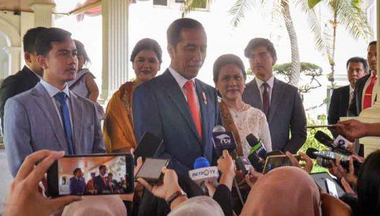 Presiden Jokowi didampingi Ibu Negara Iriana dan putra-putrinya menjawab wartawan sebelum menuju ke Gedung MPR RI untuk menghadiri pelantikan dirinya sebagai Presiden RI Periode 2019-2024, di Istana Kepresidenan, Jakarta, Minggu (20/10 siang. (Foto: Setkab)