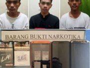 Tiga pelaku pengedar narkoba yang dibekuk Satresnarkoba Polres Way Kanan dan barang bukti yang disita.