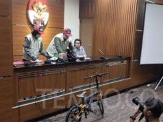 Pegawai KPK menunjukan barang bukti hasil operasi tangkap tangan (OTT) Bupati Indramayu Supendi, di Gedung KPK, Jakarta, Selasa, 15 Oktober 2019. TEMPO/M Rosseno Aji