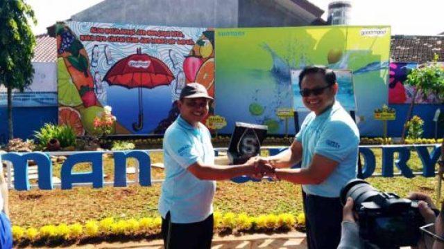 Kepala SMAN9 bandar Lampung Suharto saat menerima Plakat dari Chief Manuffacturing Officer PT. Suntory Yerki Teguh Basuki.