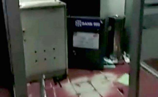 Brankas ATM BRI Unit Kalianda di Jalan Radin Intan, Kelurahan Way Urang, Kalianda, Lampung Selatan yang dirusak kawanan perampok bersenpi (foto Ist)
