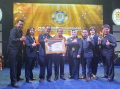 Ketua PN Tanjungkarang Timur Pradoko bersama jajarannya meraih penghargaan terbaik pelayanan publik dari Menteri PAN-RB.