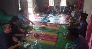 Bakal calon Bupati (Balonbup) Lampung Selatan, Hi. Hipni, SE (baju biru duduk dekat pintu) bersama tim relawan melakukan kunjungan dan sosialisasi di salah satu desa di Kecamatan Bakauheni.