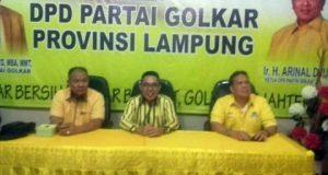 Zaiful Bokhari (tengah) memberikan keterangan kepada para wartawan usai menyampaikan visi misi sebagai bakal calon Bupati Lampung Timur, di Kantor DPD I Partai Golkar Lampung, Minggu petang (26/1/2029).