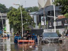 Petugas mengevakuasi warga saat terjadi banjir di kawasan Kemang, Jakarta, Kamis Pagi, 2 Januari 2020. TEMPO/M Taufan Rengganis