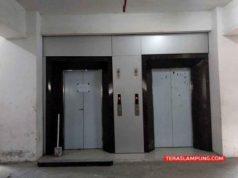 Lift di Gedung Satu Atap di Kompleks Kantor Pemkot Bandarlampung dalam kondisi rusak. Foto diambil Kamis sore (27/2/2020). Foto: Teraslampung.com/Dandy Ibrahim