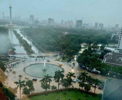 Kondisi genangan air di bundaran Patung Kuda, Silang Monas, Jakarta Pusat, Selasa (25/2/2020).