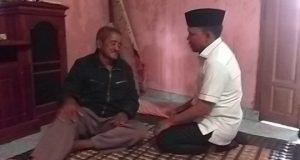 Anggota DPRD Provinsi dari Fraksi PKS, Antoni Imam saat mengunjungi Slamet, pengusaha tempe yang menjadi korban perampokan bersenjata api di Dusun Purwodadi, Desa Sidomulyo, Kecamatan Sidmulyo, Lampung Selatan.