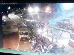 Tangkapan layar kamera CCTV Pelabuhan Bakauheni saat truk fuso bermuatan gula (kiri) hantam 11 unit sepeda motor di Tollgate Pelabuhan Bakauheni, Sabtu (7/3/2020) sekitar pukul 20.00 WIB yang menewaskan tiga orang korban dan satu korban mengalami luka-luka.