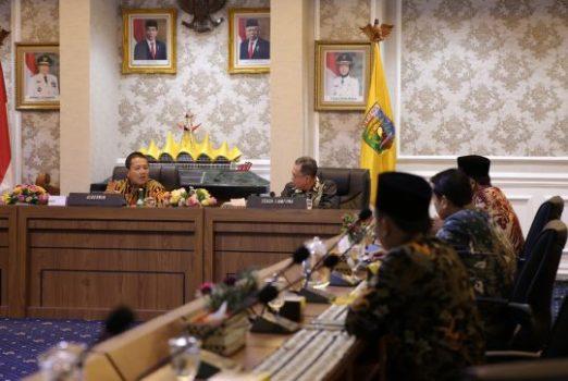 Rapat Kesiapsiagaan Gugus Tugas Percepatan Penanganan Covid-19 di Provinsi Lampung, di Ruang Rapat Utama, Kantor Gubernur Lampung, Jumat (20/3/2020).
