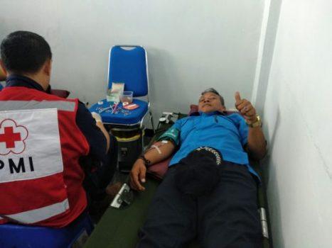 Salah seorang karyawan PDAM Way Rilau ikut donor darah.