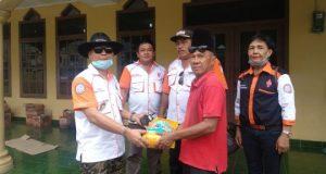 Ketua Orari Lokal Bandarlampung Teuku Alfian (kiri) bersama pengurus lainnya menyerahkan bantuan ke relawan banjir bandang, Rustam, Minggu (5/4/2020).