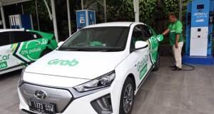 Supir taksi online melakukan pengisian daya mobil listrik di Jakarta, Kamis (13/2/2020). Bisnis -
