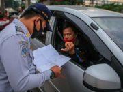 Petugas memeriksa kendaraan di gerbang tol Cikupa, Kabupaten Tangerang, Banten, Rabu, 27 Mei 2020. Petugas memutarbalikkan kendaraan menuju Jakarta yang tidak dilengkapi Surat Ijin Keluar Masuk (SIKM) Jakarta dalam upaya pencegahan penularan COVID-19 sesuai Pergub DKI Jakarta Nomor 47 Tahun 2020. ANTARA
