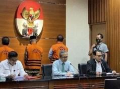 Tiga anggota DPRD Jambi (menghadap ke belakang,berseragam oranye) ditahan KPK terkait kasus suap pengesahan RAPBD Jambi 2017.
