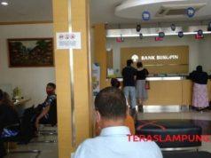 Nasabah yang menunggu di KCU Bank Bukopin Kota Bandarlampung