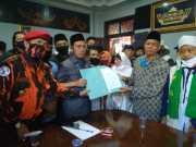 Ketua DPRD, Romli (kanan) menerima pernyataan sikap penolakan RUU HIP dari Ketua MUI Lampung Utara, Mughofir selaku perwakilan Sikap Aliansi Suara Masyarakat Lampung Utara, Rabu (8/7/2020).