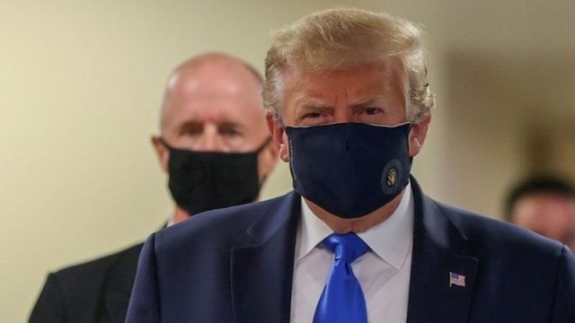 Presiden AS Donald Trump mengenakan masker, Sabtu waktu AS (11/7/2020). Foto: Reuters via BBC