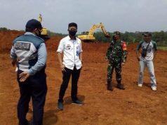 Lurah Kotaalam, Felix Sulandana (kemeja putih) berdialog dengan warga sekitar lokasi calon perumahan.