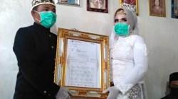 Muhammad Nasir (36) memberikan mahar 2.000 lembar saham atau 20 lot kepada istrinya Arimi (33) dalam pernikahannya yang dilaksanakan di Kediaman mempelai wanita di Dusun Umbul Sukiar, Desa Sidorejo, Kecamatan Sidomulyo, Lampung Selatan, Selasa (18/8/2020).