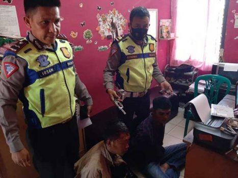 Arf dan Khi, warga Gunungsugih Besar, Lampung Timur, diringkus petugas Polsek Kedaton, Senin pagi (5/10/2020) karena membawa senjata api rakitan.