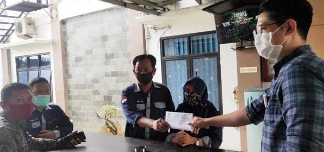 Perwakilan PLBHPK menyerahkan laporan dugaan kebocoran pajak penerangan jalan (PPJ) Lampung Utara kepada Kejaksaan Negeri Lampung Utara, Selasa (6/10/2020).