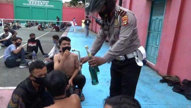Polisi dari Polres Bandarlampung menunjukkan botol berisi bahan bakar minyak saat memeriksa pria yang nekat hendak masuk bergabung dalam aksi unjuk rasa di Bundaran Tugu Adipura, Kamis (8/10/2020).