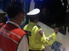 "Petugas PT Hutama Karya bersama PJR menggelar ""Operasi Ngantuk"" di ruas tol Bakauheni - Terbanggi Besar."
