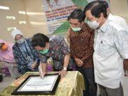 Menteri Desa PDTT Abdul Halim Iskandar menandatangani prasasti peresmian Embung Tirtayasa Wisata dan Taman Wisata Desa Panca Tunggal, Sabtu (21/11/2020).