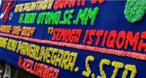 Papan karangan bunga ucapan selamat dari Agung Ilmu Mangkunegara untuk Budi Utomo terpajang di halaman rumah dinas Bupati Lampung Utara, Senin (2/11/2020).