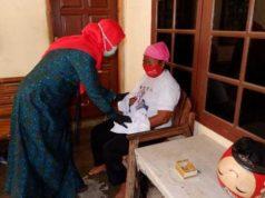 Calon walikota Eva Dwiana menyapa seorang ibu warga Kelurahan Kotasepang, Selasa (17/11/2020).