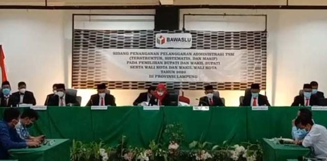 Ketua Majelis Pemeriksa Bawaslu dari Lampung Lampung, Fatikhatul Khoiriyah, membacakan putusan sidang sengketa Pilkada Bandarlampung, Rabu (6/1/2020). Bawaslu memutuskan kemenangan Eva-Deddy dibatalkan.