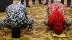 Eva Dwiana dan Deddy Amarullah melakukan sujud syukur usai ditetapkan KPU Bandarlampung sebagai Walikota-Wakil Walikota Bandarlampung Pilkada 2020, Kamis (18/2/2021).