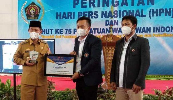 Bupati Budi Utomo menerima penghargaan Tjindarboemi PWI dari Ketua PWI Lampung Utara, Jimi Irawan