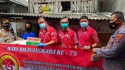 Kapolsek TBS Hari Budiyanto (kiri) menyerahkan bantuan sembako ke Anas (tengah) bersama Sekertaris PSTMI Lampung Steven Cheng (kanan).
