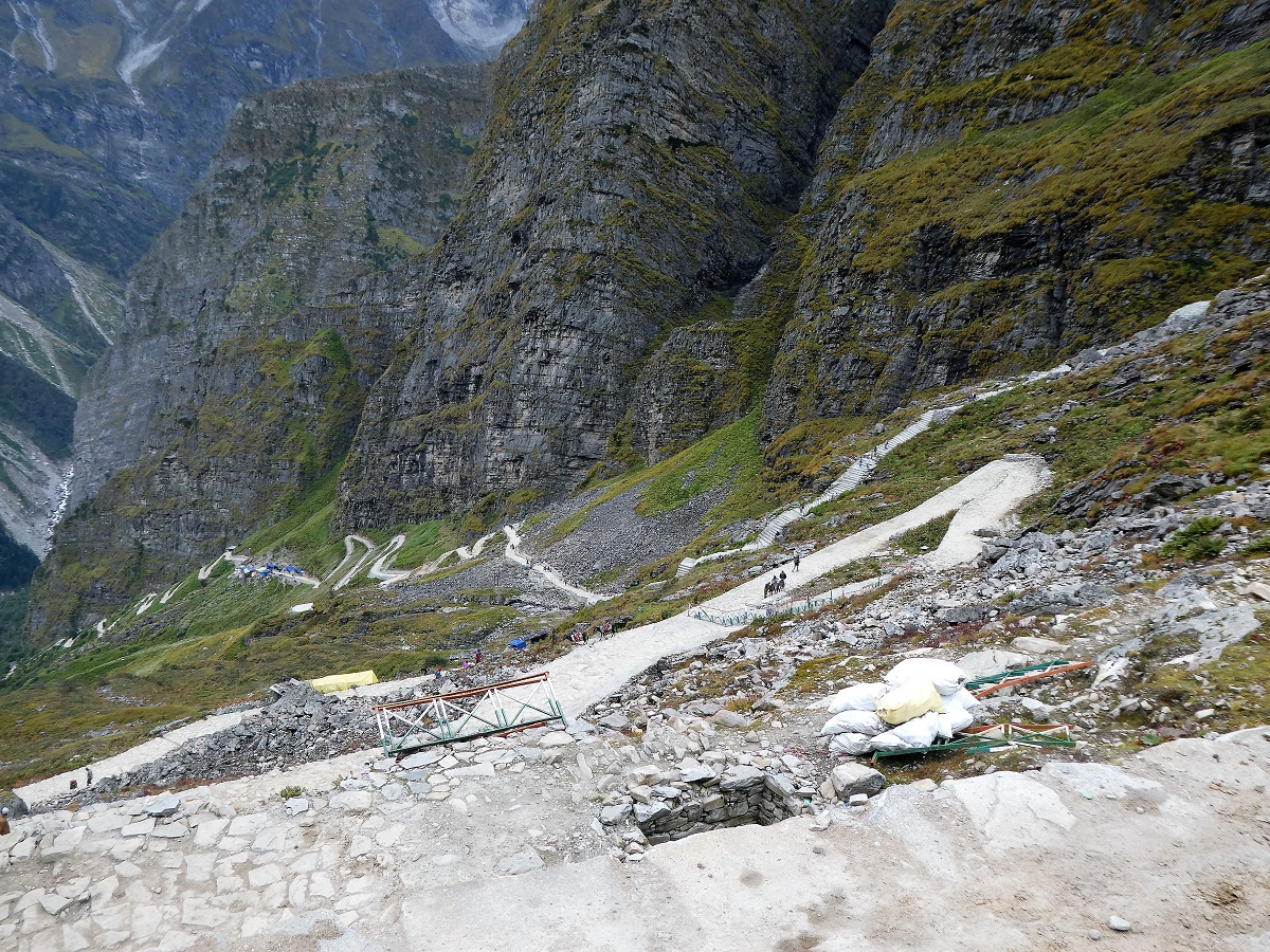 The steep sided mountains and track up to Hemkund