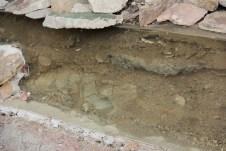 A foto mostra a escavação no solo feita pelos arqueólogos para descobrir qual mineral pertencia a qual época