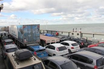Automóveis e caminhões no Ferry
